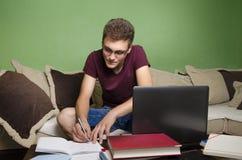 Adolescente que hace la preparación en casa Fotos de archivo libres de regalías