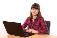 Adolescente que hace la preparación en el ordenador portátil Fotografía de archivo libre de regalías