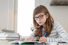 Adolescente que hace la preparación en la tabla Foto de archivo