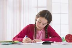 Adolescente que hace la preparación para la escuela Imagen de archivo