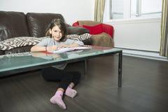 Adolescente que hace la preparación para la escuela Fotografía de archivo libre de regalías