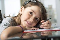 Adolescente que hace la preparación para la escuela Foto de archivo libre de regalías