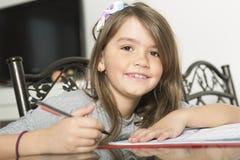Adolescente que hace la preparación para la escuela Imagenes de archivo