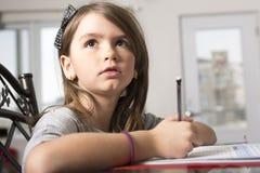 Adolescente que hace la preparación para la escuela Imagen de archivo libre de regalías