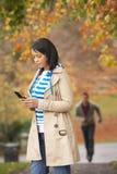 Adolescente que hace llamada de teléfono móvil Fotos de archivo libres de regalías