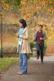 Adolescente que hace llamada de teléfono móvil Foto de archivo