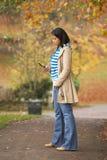 Adolescente que hace llamada de teléfono móvil Imagenes de archivo