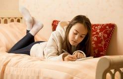 Adolescente que hace notas en diario personal Imagen de archivo