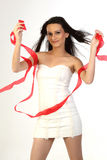 Adolescente que hace pivotar las cintas blancas y rojas Imagen de archivo