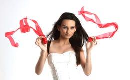 Adolescente que hace pivotar las cintas blancas y rojas Foto de archivo libre de regalías