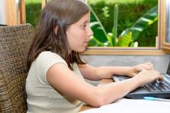 Adolescente que hace su preparación con el ordenador portátil Imagenes de archivo