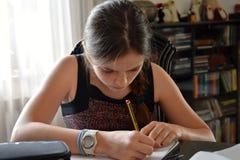 Adolescente que hace su preparación de la matemáticas Fotografía de archivo libre de regalías