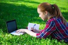 Adolescente que hace su preparación en parque Foto de archivo