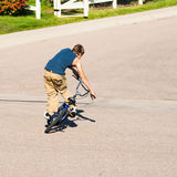 Adolescente que hace trucos en una bici de BMX Foto de archivo