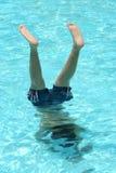 Adolescente que hace un handstand en una piscina Fotos de archivo libres de regalías