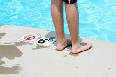 Adolescente que hace una pausa una piscina Fotos de archivo