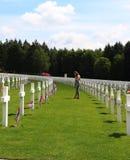 Adolescente que honra soldados de WWII em Luxemburgo fotografia de stock royalty free
