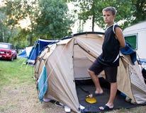 Adolescente que infla el colchón Fotos de archivo
