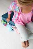 Adolescente que intenta cerrar la maleta Foto de archivo