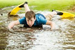 Adolescente que intenta nadar en charco grande Imágenes de archivo libres de regalías