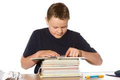 Adolescente que investiga su preparación Imagen de archivo