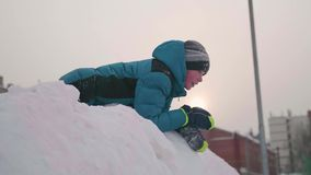 Adolescente que joga em uma montanha nevado Vista de cima para baixo Dia gelado ensolarado Divertimento e jogos no ar fresco video estoque