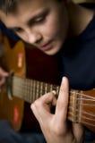 Adolescente que joga a guitarra Foto de Stock Royalty Free
