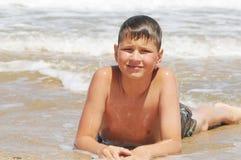 Adolescente que joga nas ondas Fotos de Stock Royalty Free