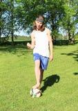 Adolescente que joga o futebol - vencedor imagens de stock royalty free