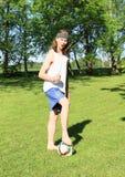 Adolescente que joga o futebol - vencedor foto de stock royalty free