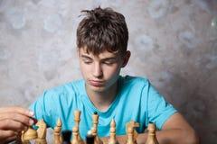 Adolescente que juega a ajedrez Foto de archivo libre de regalías