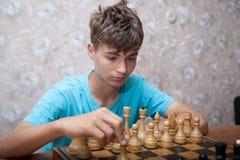 Adolescente que juega a ajedrez Imágenes de archivo libres de regalías