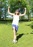 Adolescente que juega al fútbol - ganador Fotografía de archivo libre de regalías