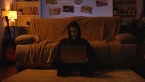 Adolescente que juega al juego cuando el ordenador portátil sale repentinamente virus de ordenador del cyberattack almacen de video