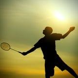 Adolescente que juega a bádminton Foto de archivo libre de regalías