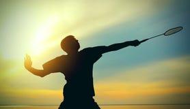 Adolescente que juega a bádminton Imagen de archivo libre de regalías