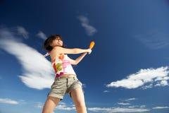Adolescente que juega a béisbol en la playa Fotografía de archivo