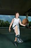 Adolescente que juega a baloncesto Fotos de archivo