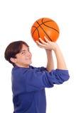 Adolescente que juega a baloncesto Foto de archivo