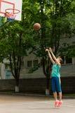 Adolescente que juega a baloncesto Imágenes de archivo libres de regalías