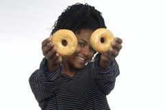 Adolescente que juega con dos anillos de espuma Fotografía de archivo