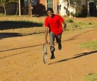 Adolescente que juega con la rueda Imagen de archivo