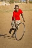 Adolescente que juega con la rueda - pista encendido Fotos de archivo