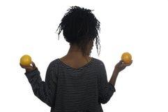 Adolescente que juega con las naranjas Fotos de archivo libres de regalías