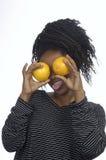 Adolescente que juega con las naranjas Imágenes de archivo libres de regalías