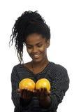 Adolescente que juega con las naranjas Fotos de archivo