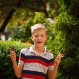 Adolescente que juega con los hilanderos de la mano de la persona agitada en día de verano Juguete popular y de moda para los niñ Fotos de archivo