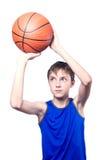 Adolescente que juega con un baloncesto Aislado en el fondo blanco Imágenes de archivo libres de regalías