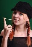 Adolescente que juega con un chicle Imagenes de archivo