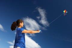 Adolescente que juega con una cometa Foto de archivo libre de regalías